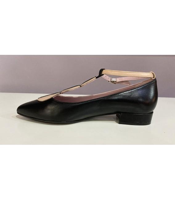 Zapato negro y tierra